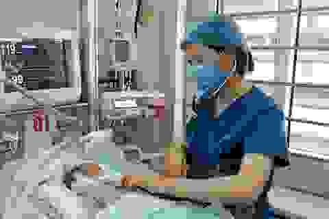 Bé sơ sinh bị bỏ rơi vượt qua cơn nguy kịch do nhiễm trùng máu như thế nào?