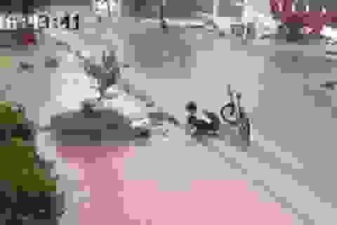 Xúc động cậu học trò lớp 6 dừng lại nhặt rác, thông cống giữa trời mưa