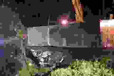 Container đè bẹp xe khách limousine, 3 người tử vong tại chỗ