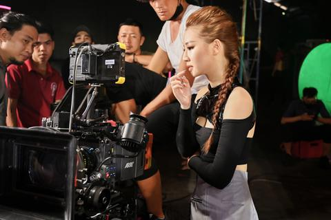 Amee xinh đẹp trong hậu trường quay MV mới