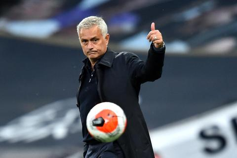 """Được VAR """"cứu thua"""", HLV Mourinho vẫn... nổi điên"""