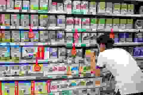 """Dân Trung Quốc đổ xô đi mua sữa bột ngoại với """"niềm tin"""" ngăn được Covid-19"""