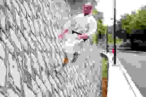 """Võ sư Thiếu Lâm khiến khán giả trầm trồ bởi """"khinh công"""" leo tường"""