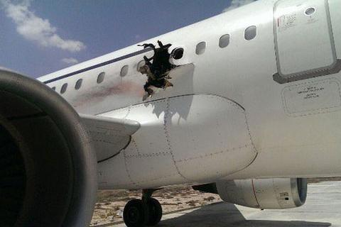 Vì sao hành khách bị hút ra ngoài khi máy bay bị thủng?