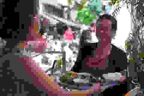 Quán ốc đặc biệt của bà chủ khiếm thính ở Hà Nội