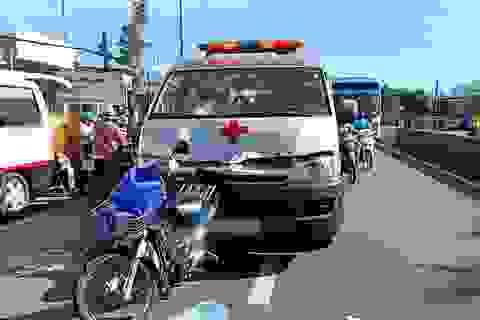 """Xe cấp cứu """"găm chặt"""" xe máy, 2 người bị thương"""