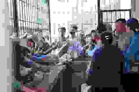 CĐV SL Nghệ An đội nắng, xô đẩy mua vé xem Công Phượng