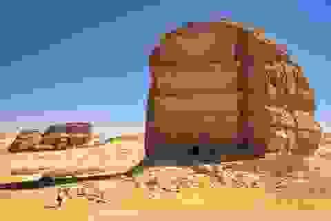 Ngôi mộ 2000 năm tuổi giữa sa mạc tạc từ khối đá cao bằng tòa nhà 4 tầng