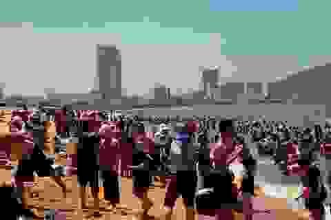 """Bãi biển đông nghịt người tắm """"xả xui"""" giữa trưa Tết Đoan Ngọ"""