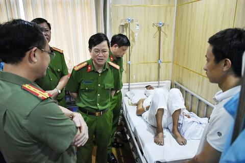 """Thượng úy CSGT bị chém trọng thương khi bắt giữ tàu """"cát tặc"""""""