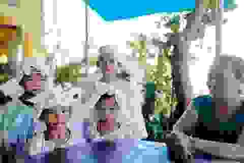 Nhói lòng cảnh 4 đứa trẻ mồ côi mặc áo tang mà ngỡ mình được áo mới
