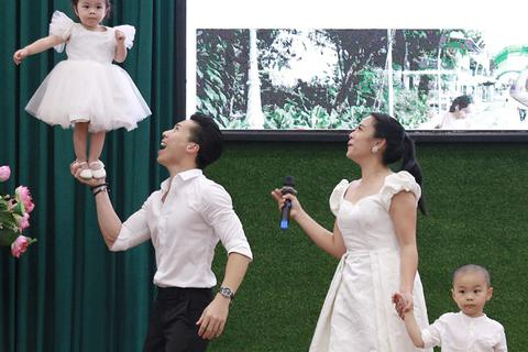 Con gái nhỏ của Quốc Nghiệp lần đầu diễn xiếc trên sân khấu cùng ba