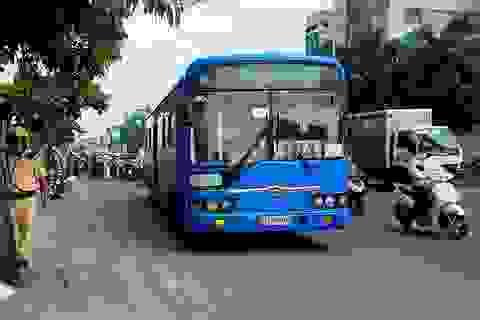 Xe buýt kéo lê cô gái hơn 10m trên đường