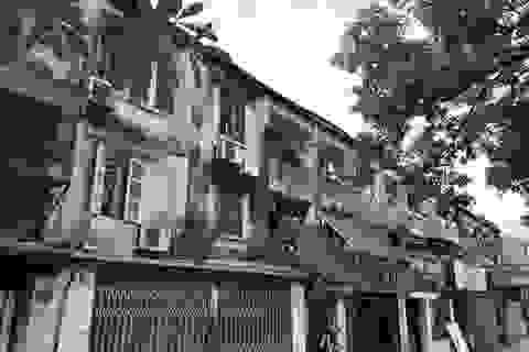"""""""Đội nón, mặc áo mưa"""" sống trong khu tập thể dột nát giữa Hà Nội"""