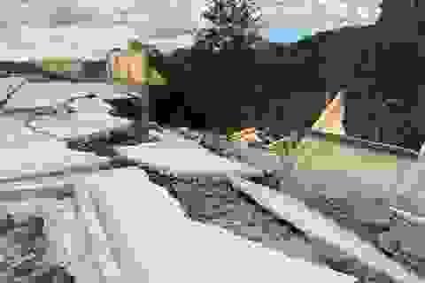 Tường bao trường học vừa xây xong đã đổ sập sau trận mưa