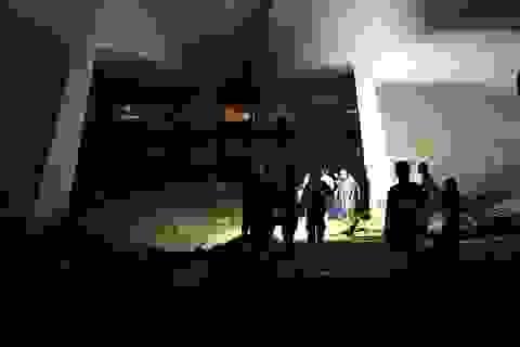 Hàng chục thợ lặn xuyên đêm tìm cô gái trẻ nhảy sông