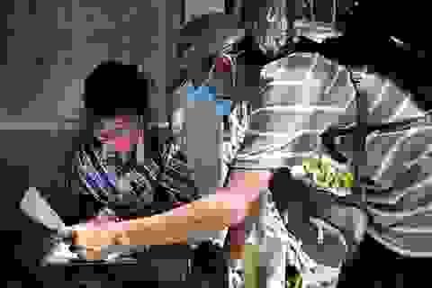 Indonesia: Giáo viên trèo đèo lội suối, mang con chữ tới tận nhà học sinh