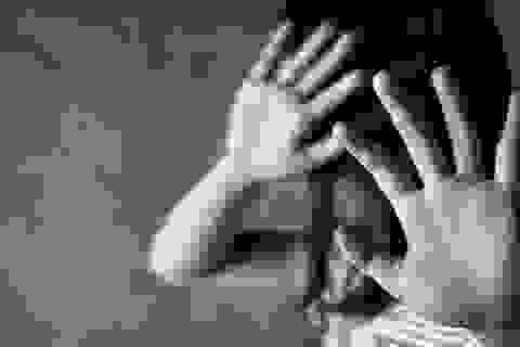 """Cô giáo lúng túng khi bé gái lớp 1 bị anh lớp 6 """"quấy rối"""" trong thang máy"""