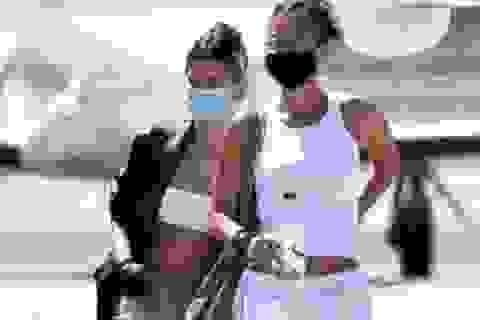 Bella Hadid và Hailey Bieber khoe eo thon, đeo khẩu trang rời Italia