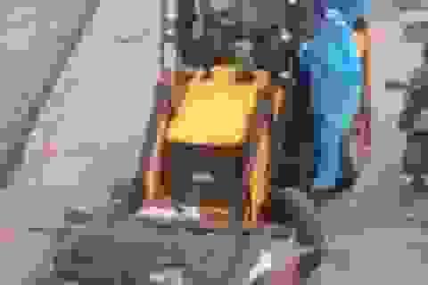 """""""Sốc"""" cảnh chở xác nạn nhân Covid-19 bằng xe xúc đất tại Ấn Độ"""