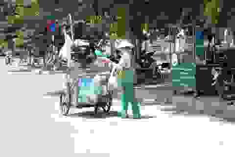 Muôn kiểu chống chọi nắng nóng như 'đổ lửa' của người lao động Hà Nội
