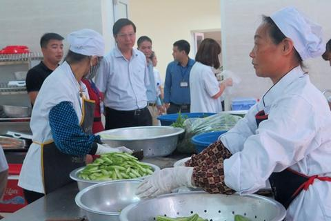 Ngăn chặn nguy cơ ngộ độc thực phẩm bếp ăn tập thể trong mùa hè