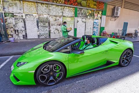Chơi lớn giao xoài bằng… siêu xe Lamborghini