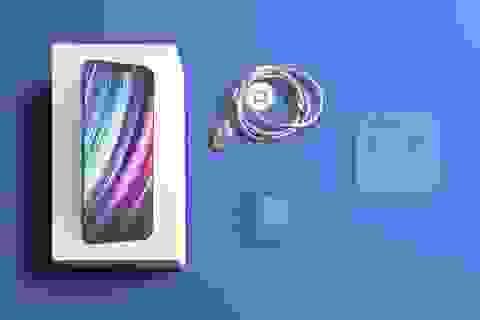 """iPhone 12 có thể sẽ ra mắt """"trần trụi"""", không sạc, không tai nghe đi kèm"""