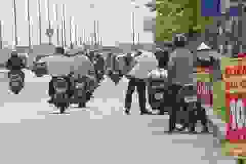 """Cảnh giác với """"cú lừa"""" bảo hiểm xe máy 10.000 đồng bán tràn lan ven đường"""