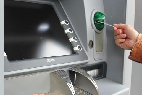 Bị nuốt thẻ khi rút tiền, thanh niên cầm búa đập vỡ màn hình máy ATM