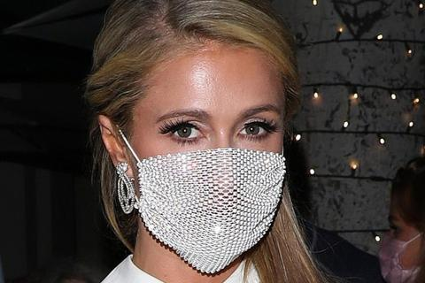 Paris Hilton đeo khẩu trang xuyên thấu