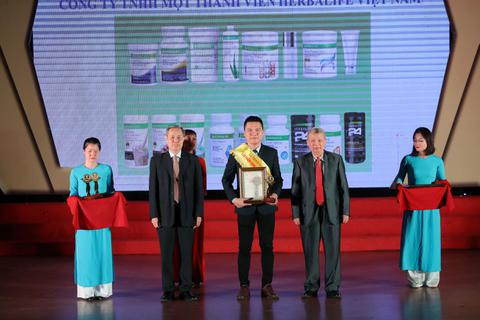 """Herbalife Việt Nam nhận giải thưởng """"Sản phẩm vàng vì sức khỏe cộng đồng"""""""