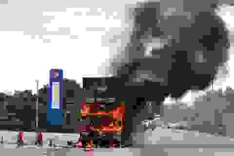 Xe đầu kéo bốc cháy dữ dội cạnh cây xăng