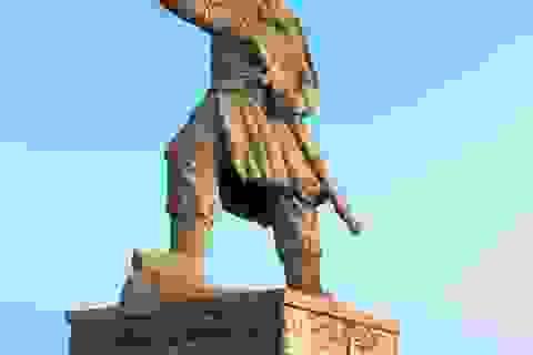 Tượng Đức Thánh Trần bên cửa biển Quy Nhơn bảo vệ tàu thuyền ngư dân