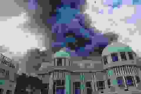 """Cung điện """"thiên đường"""" 64 triệu USD của tỷ phú Thái Lan bốc cháy dữ dội"""