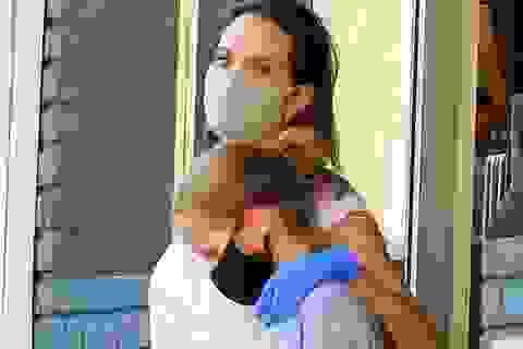 Angelina Jolie đeo khẩu trang và găng tay ra phố