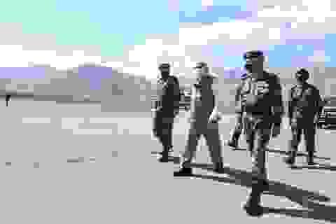 Thủ tướng Ấn Độ bất ngờ thăm căn cứ quân sự sát biên giới Trung Quốc