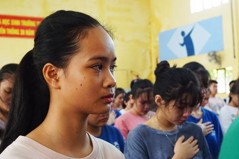 """Truyền cảm hứng """"vượt nghịch cảnh, dám ước mơ"""" cho học sinh trường dân tộc"""