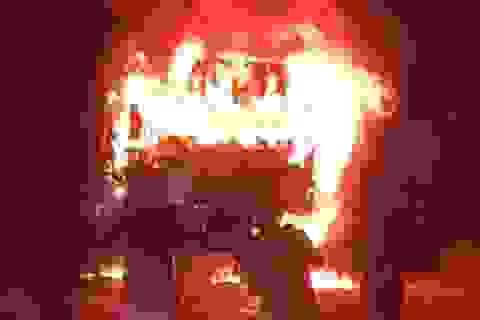 Xe tải bốc cháy ngùn ngụt sau va chạm với xe máy, 1 người tử vong