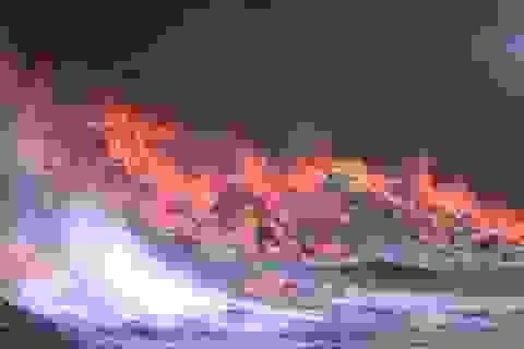 Cháy lớn suốt 2 giờ thiêu rụi toàn bộ khu xưởng