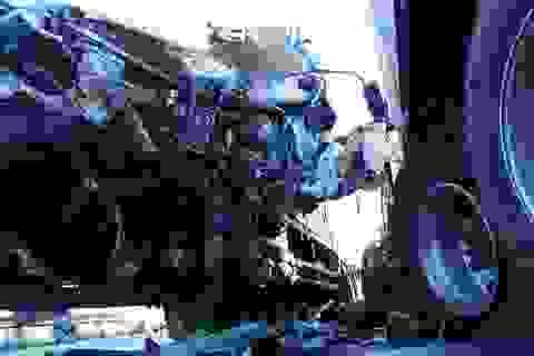 Xe tải nát bét đầu sau cú tông xe container, 3 người thương vong