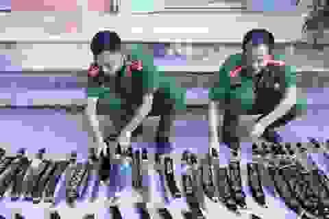 Những gói bưu phẩm chứa đầy vũ khí, công cụ hỗ trợ