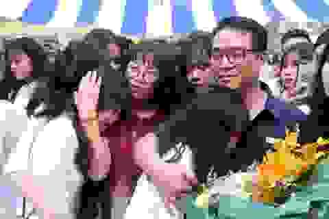 Nữ sinh phố cổ khóc nức nở trong phút chia tay tuổi học trò