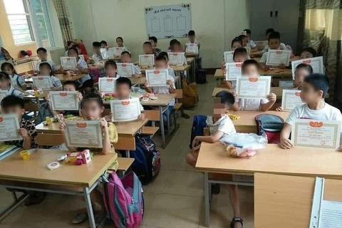 Trẻ không tổn thương vì giấy khen mà vì cách ứng xử của người lớn