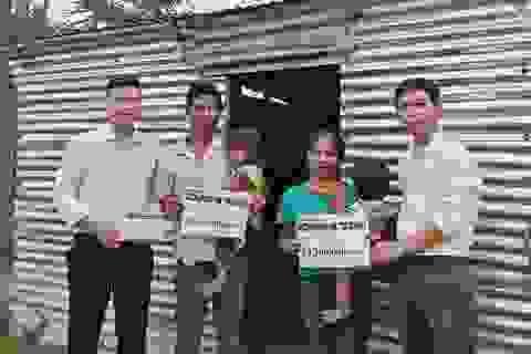Trao hơn 70 triệu đồng bạn đọc giúp đỡ gia đình khốn khổ sống trong nhà tạm
