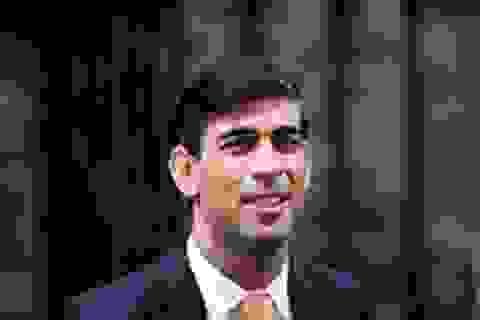Bộ trưởng Tài chính Anh đóng vai bồi bàn, kêu gọi người dân tăng chi tiêu