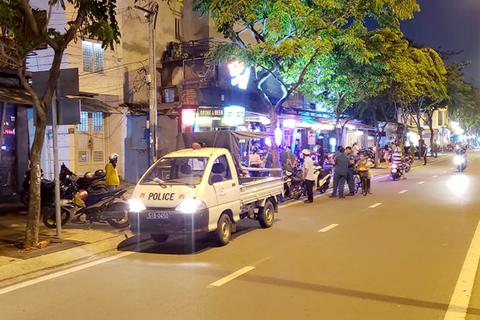 Hàng loạt quán lấn chiếm vỉa hè tuyến đường đẹp nhất TPHCM bị xử phạt