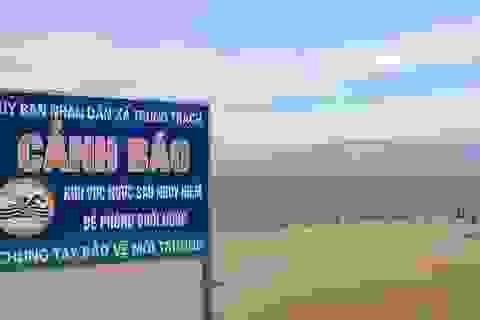 """Bất chấp nguy hiểm, hàng trăm người vẫn tắm ở bãi biển """"tử thần"""""""