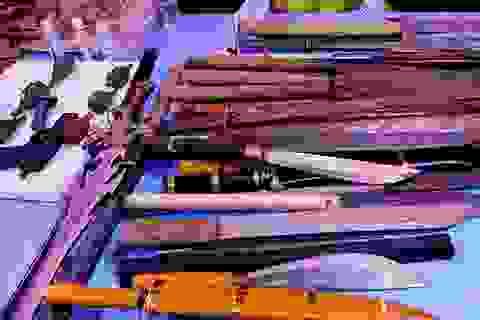 Người dân chợ đầu mối lớn nhất TPHCM đổi súng, lựu đạn lấy gạo
