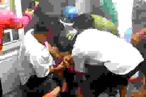 Thanh niên bật bếp gas đốt giấy tờ rồi cố thủ trong phòng trọ